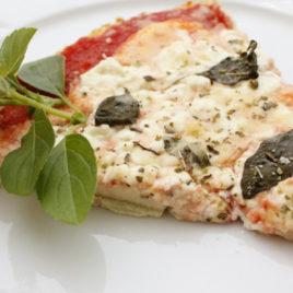 Pizza Fit (massa de Couve-Flor) de Peito de Peru e Mussarela de Búfala