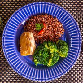 Lombo de Pirarucu + Arroz Vermelho + Brócolis no Vapor